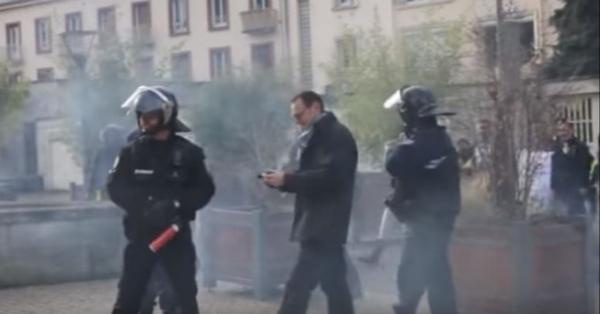 Sur cette capture d'écran, on voit l'individu doté d'une bombe lacrymogène (à gauche)