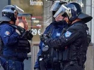 La tenue d'intervention (à droite) n'est pas assortie d'une insigne des forces de l'ordre, mais d'un blason de la ville d'Évreux.