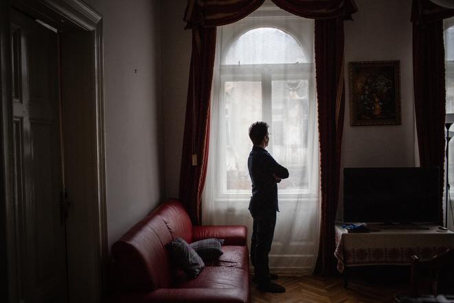 Dans son salon, Rui Pinto dans son appartement de Budapest.